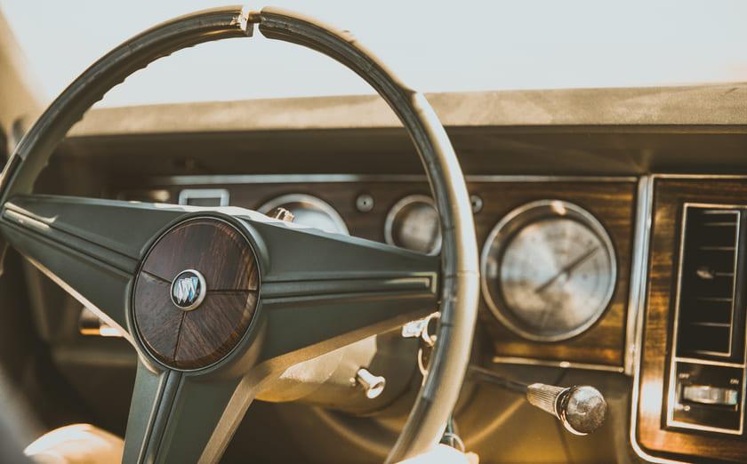 運転席とハンドル