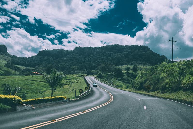 山へ続いていく道路