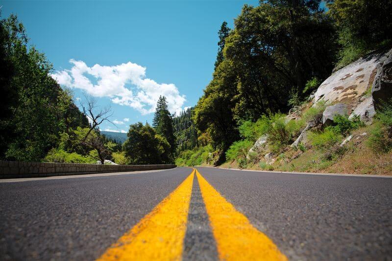 山中の2車線の道