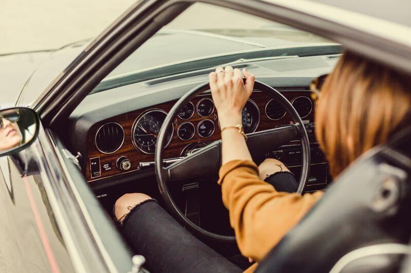 女性が車を運転している所