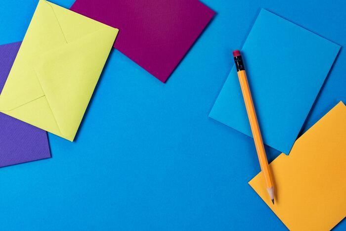 青の画用紙に鉛筆