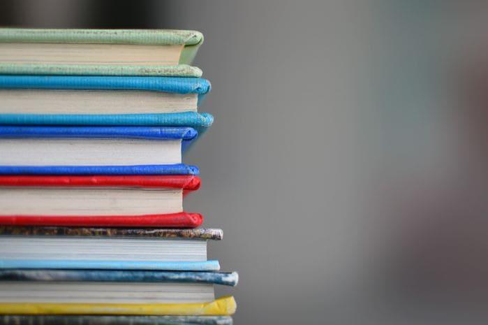 積み重なった色とりどりの本