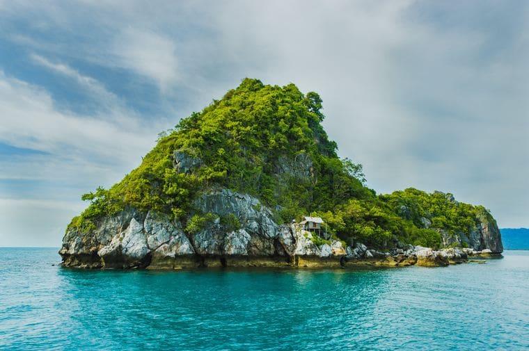 海の上に浮かぶ島