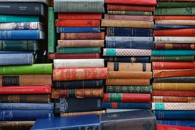 積み重なった本の山