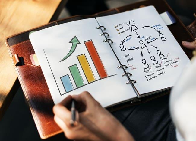 人間関係のグラフを書いている人と手帳
