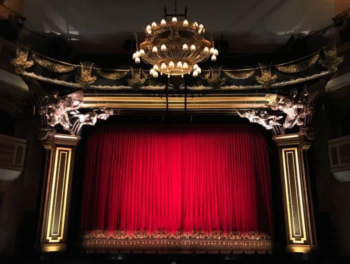 舞台を遠くの客席から映した画像