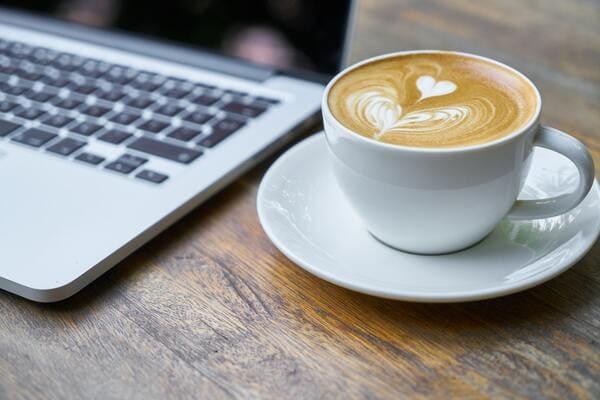 カフェでのパソコンとコーヒー